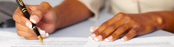 Het ondertekenen van contracten. Bekijk meer in het arbeidsrecht, minimumloon, fatsoenlijk werk en leefbaar loon bij Loonwijzer